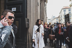 Gente fuera del edificio del desfile de moda de John Richmond para la semana 2015 de la moda de Milan Men Foto de archivo libre de regalías