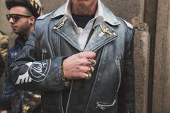 Gente fuera del edificio del desfile de moda de John Richmond para la semana 2015 de la moda de Milan Men Imágenes de archivo libres de regalías