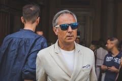 Gente fuera del edificio del desfile de moda de John Richmond para Milan Men Fotografía de archivo libre de regalías