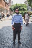 Gente fuera del edificio del desfile de moda de Missoni para el Fa de Milan Men Imagen de archivo libre de regalías
