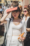 Gente fuera del edificio del desfile de moda de Missoni para el Fa de Milan Men Fotos de archivo libres de regalías