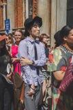 Gente fuera del edificio del desfile de moda de Missoni para el Fa de Milan Men Imágenes de archivo libres de regalías