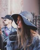 Gente fuera del edificio del desfile de moda de Vivienne Westwood para la semana 2015 de la moda de Milan Men Imagen de archivo