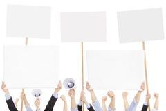 Gente furiosa que protesta con el tablero y el megáfono Fotos de archivo libres de regalías
