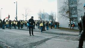 Gente Gilets Jaunes o protesta amarilla del chaleco en Estrasburgo Francia almacen de metraje de vídeo