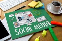 Gente global de la medios comunicación social de la conexión que usa mobil Foto de archivo libre de regalías