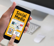 Gente global de la medios comunicación social de la conexión que usa mobil Imagen de archivo