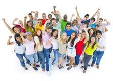 Gente grande del grupo que celebra disfrutando de concepto foto de archivo