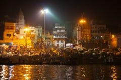 Gente hindú que mira el ritual religioso de Ganga Aarti Imagen de archivo