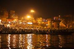 Gente hindú que mira el ritual religioso de Ganga Aarti Imágenes de archivo libres de regalías