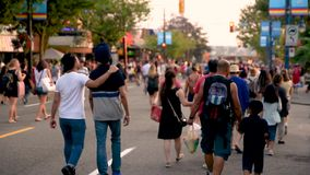 Gente, hombres, mujeres y niños caminando a lo largo del camino metrajes