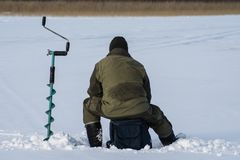 Gente icefishing en un lago en Suecia Foto de archivo