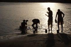 Gente indù bagnata in Gange Immagini Stock