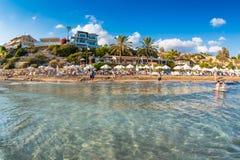 Gente indefinible que se relaja en Coral Bay Beach, una de la playa más famosa Imagen de archivo libre de regalías