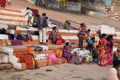 Gente india con los vestidos coloridos que se sientan en el paso del ghat en Varanasi, Uttar Pradesh, la India Imagenes de archivo