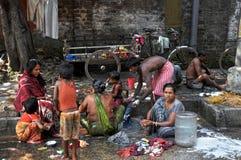 Gente india e higiene en una calle Foto de archivo
