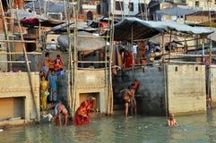 Gente india en Varanasi santa Fotos de archivo