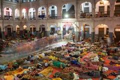 Gente india no identificada que duerme en el piso en los dormitorios del peregrino fotos de archivo libres de regalías