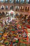 Gente india no identificada que duerme en el piso en los dormitorios del ` s del peregrino del templo de oro sikh en Amritsar, la fotografía de archivo libre de regalías