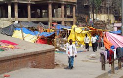 Gente india pobre que vive en una cabaña en los tugurios de la ciudad Foto de archivo