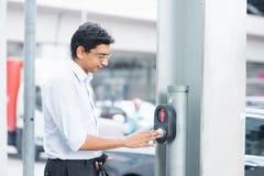 Gente india que empuja un botón del paso de peatones manualmente Foto de archivo