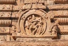 Gente indiana antica con la mucca sulla parete del tempio, India Architettura indiana in Pattadakal, sculture dello XVII secolo Immagine Stock