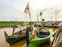 Gente indonesia de los pescadores de los barcos en el río rio abajo Foto de archivo libre de regalías