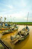 Gente indonesia de los pescadores de los barcos en el río rio abajo Foto de archivo