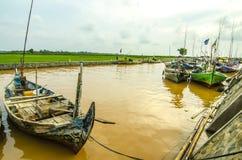 Gente indonesia de los pescadores de los barcos en el río rio abajo Fotografía de archivo