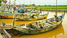 Gente indonesia de los pescadores de los barcos en el río rio abajo Fotos de archivo libres de regalías