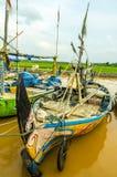 Gente indonesia de los pescadores de los barcos en el río rio abajo Imagen de archivo