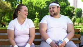 Gente insegura obesa que ríe junto, buen humor como ayuda en épocas difíciles imagen de archivo libre de regalías