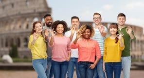 Gente internazionale che mostra okay sopra il Colosseo Fotografie Stock Libere da Diritti