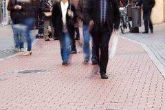Gente irreconocible en la zona peatonal Imagen de archivo