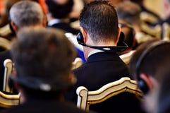 Gente irreconocible que usa los auriculares Imágenes de archivo libres de regalías