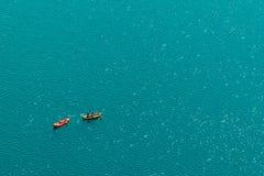 Gente irriconoscibile che gode del pomeriggio di estate in barche sul lago Immagini Stock Libere da Diritti