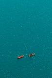 Gente irriconoscibile che gode del pomeriggio di estate in barche sul lago Fotografia Stock Libera da Diritti