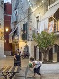 Gente italiana nella via in Italia del sud Fotografia Stock