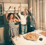 Gente joven agradable que baila en el partido de la pizza Imagen de archivo