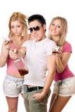 Gente joven alegre con una botella de whisky Fotografía de archivo