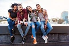 Gente joven alegre que se relaja en terraza del tejado Fotos de archivo libres de regalías