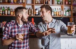 Gente joven con fútbol de observación de la cerveza en una barra Foto de archivo
