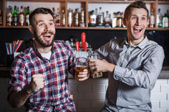 Gente joven con fútbol de observación de la cerveza en una barra Fotos de archivo libres de regalías