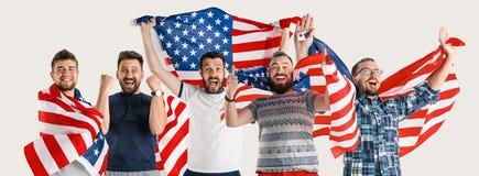 Gente joven con la bandera de los Estados Unidos de América fotografía de archivo