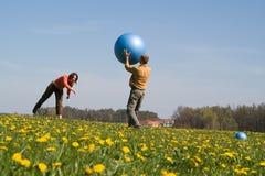 Gente joven con la bola Foto de archivo libre de regalías