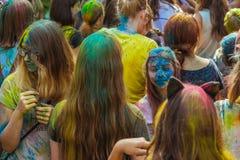 Gente joven con la cara manchada con colores Concepto para el festival Imágenes de archivo libres de regalías