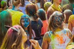 Gente joven con la cara manchada con colores Concepto para el festival Fotos de archivo