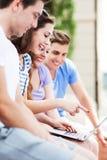 Gente joven con la computadora portátil fotografía de archivo