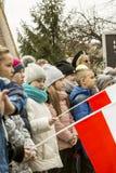 Gente joven con las banderas blanco-rojas, día de la conmemoración nacional o Fotografía de archivo libre de regalías