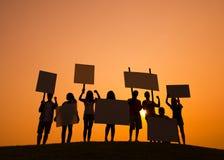 Gente joven con los carteles Imagenes de archivo